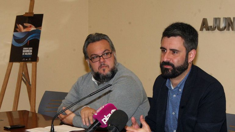 Vilaseca, a la izquierda, junto al concejal de cultura festiva Pere Fuset en la presentación de las publicaciones de la Semana Santa Marinenra