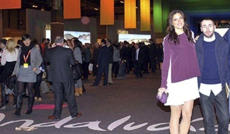 Jimena Mazucco viste un modelo del diseñador Daniel Rabaneda, con quien aparece en la foto