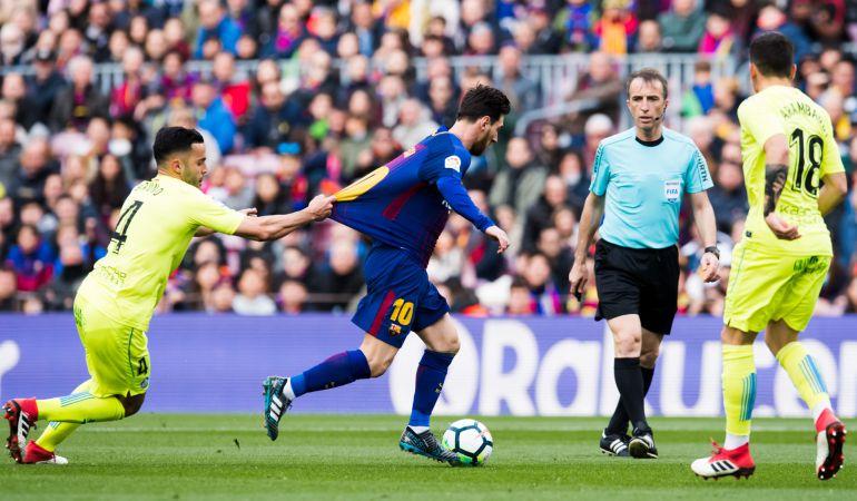 Bruno (i) agarra a Lionel Messi durante un lance del partido del pasado domingo.