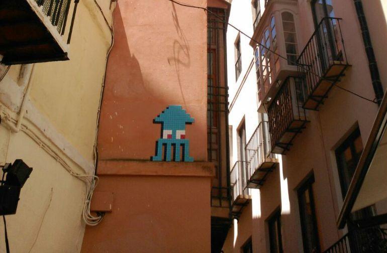 Málaga, Invader, CAC, Fernando Francés, mosaicos, querella, centro: El CAC pidió permiso a dueños de bloques del centro de Málaga para que Invader colocara sus mosaicos
