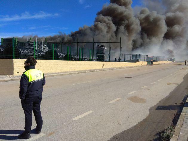 Incendio desde la parte posterior de las instalaciones