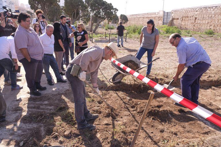 Incio de los trabajos del exhumación en el antiguo cementerio de San José