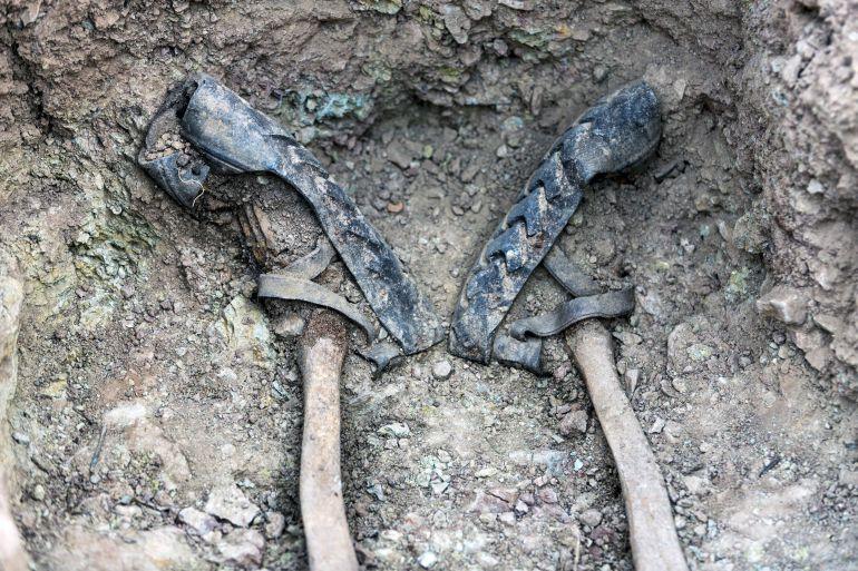 Las albarcas de una persona ejecutada en el cementerio de Pomer.