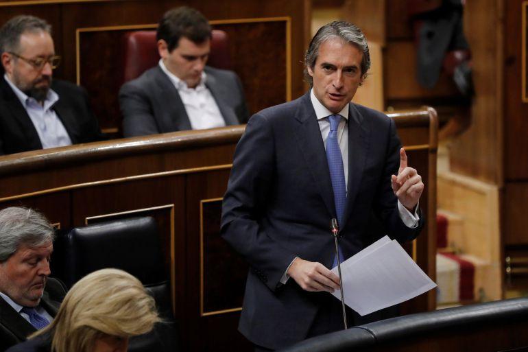 El ministro de Fomento, Íñigo de la Serna, durante una de sus intervenciones en la sesión de control al Gobierno celebrada hoy en el Congreso de los Diputados.
