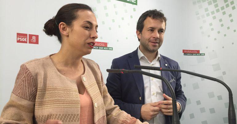 (De izquierda a derecha) Mercedes Gámez y Julio Millán en la sede local del PSOE de Jaén