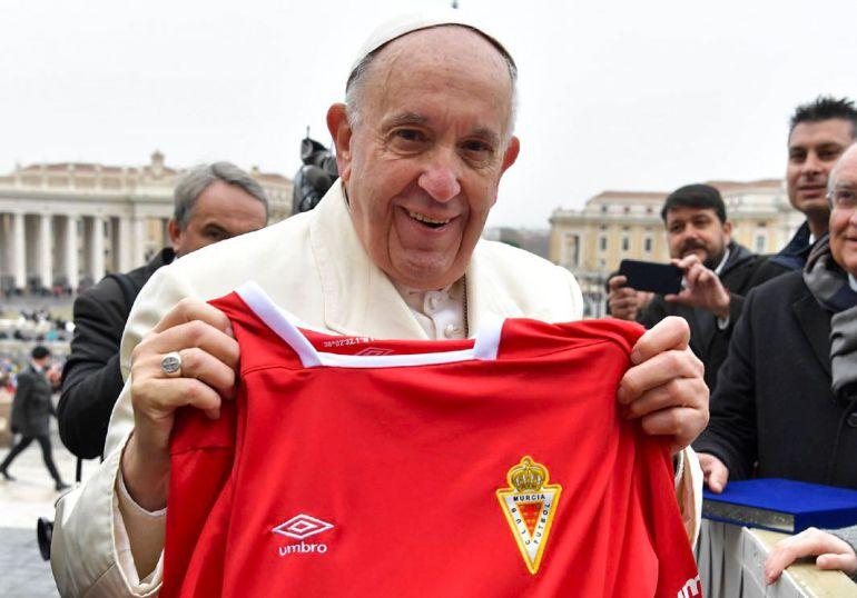 El Papa Francisco se hace del Real Murcia