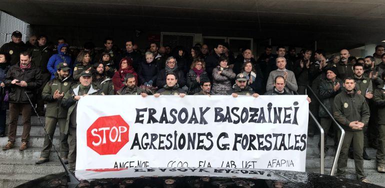 Concentración en repulsa por la agresión a un guarda forestal en el Parque Natural de Bertiz