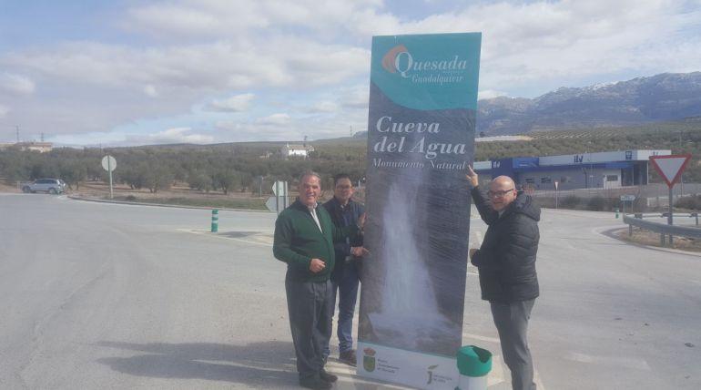 El alcalde de Quesda, Manuel Valluejo, el concejal de cultura, Juan Antonio López y el diputado de promoción y turismo, Manuel Fernández posan junto al nuevo tótem instalado en la rotonda junto a la ITV