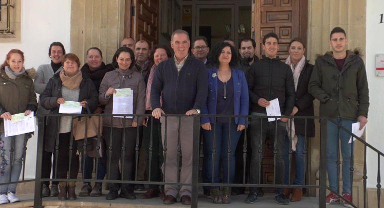 El alcalde de Quesada, Manuel Vallejo y la Delegada de Empleo, Mari Paz del Moral junto al grupo de emprendedores perceptores delas ayudas
