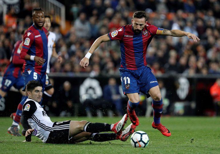 El centrocampista del Levante UD, José Luis Morales (d), se lleva el balón ante el defensa del Valencia CF, Carlos Soler, durante el encuentro correspondiente a la jornada 23 de primera división que disputan esta noche en el estadio valencianista de Mestalla.