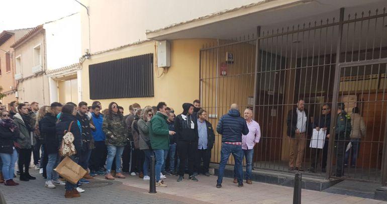 Vecinos y amigos de Gonzalo Buján se concentraron a las puertas de los juzgados durante la declaración de los detenidos