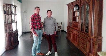 Manuel (padre de Daniela) junto a Claudio (Afanion) en la casa cedida por la Diputación