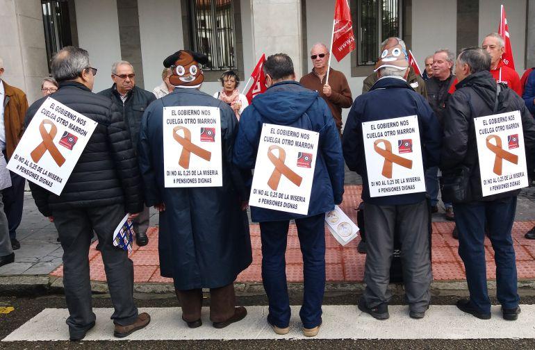 Movilización de CCOO y UGT Asturias en defensa del sistema público de pensiones. Frente a Delegación de Gobierno, en la plaza de España de Oviedo.
