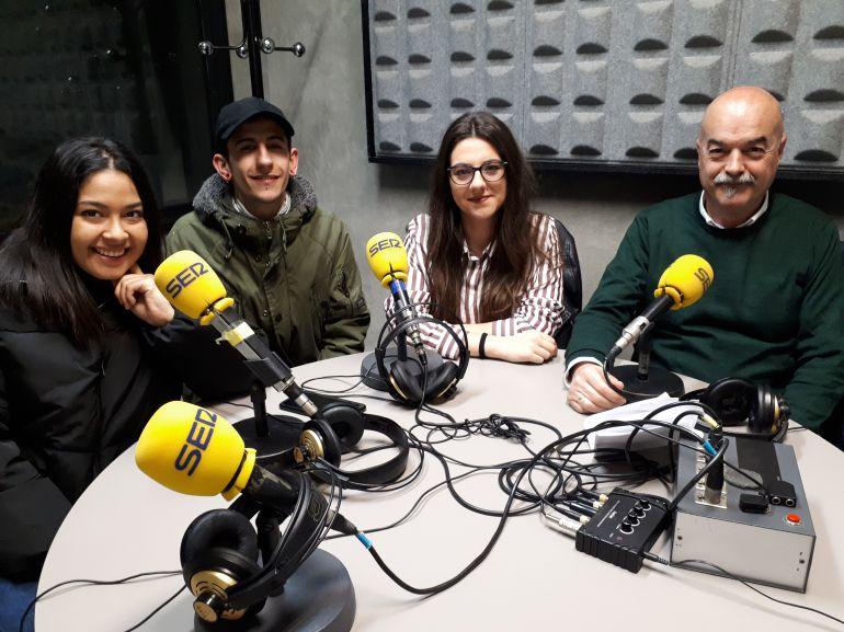 Parte del alumnado de la UNI Eibar-Ermua, junto a Santi Iruretagoyena, director del centro