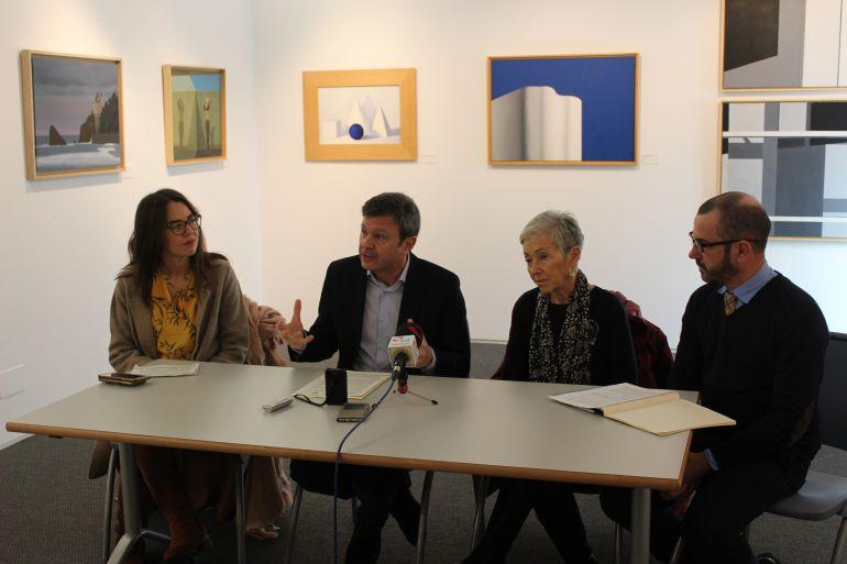 Rueda de prensa de presentación de la exposición con Carmen Maura y su hijo Santiago, comisario de la exposición, junto al alcalde de Irun, José Antonio Santano, y la delegada de cultura Juncal Eizaguirre.