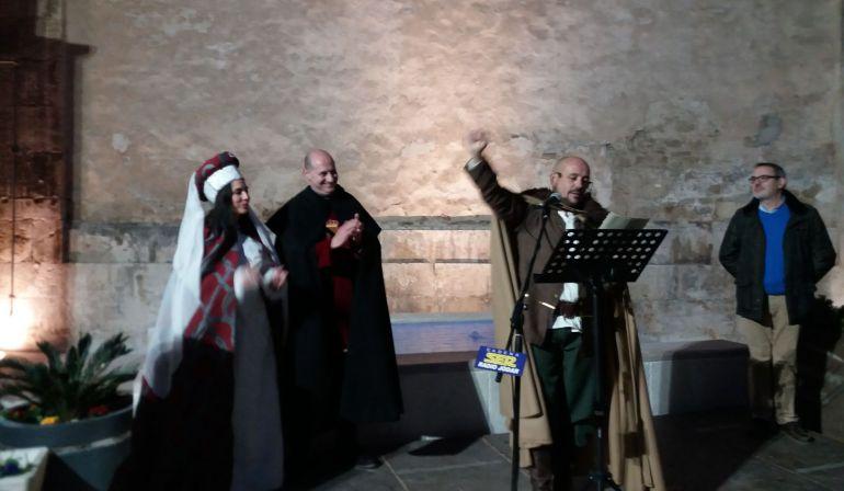 Momento del Pregón de Alfonso Cecilia, en presencia del Alcalde y Concejala de Festejos