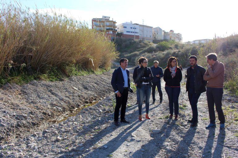 La delegada territorial de la Junta, Inmaculada Oria, junto a Jose María Serrato, Francisco Sánchez Cantalejo y Gloria Chica visitan la Rambla de los Álamos