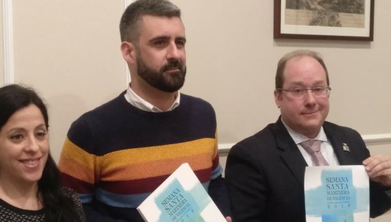 El concejal Pere Fuset (c) y el nuevo presidente de la Junta Mayor de la Semana Santa Marinera, Sergio Bordes (d)