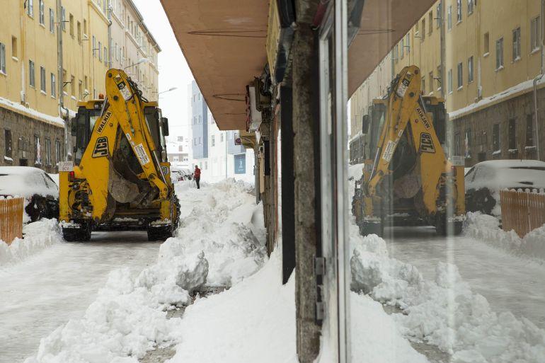 Una excavadora trabajando para retirar la nieve caída el 6 de enero en Ávila
