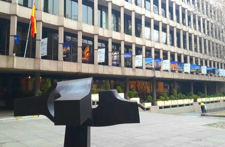 Fachada del Ministerio de Cultura, Educación y Deporte en la que se han instalado las banderolas
