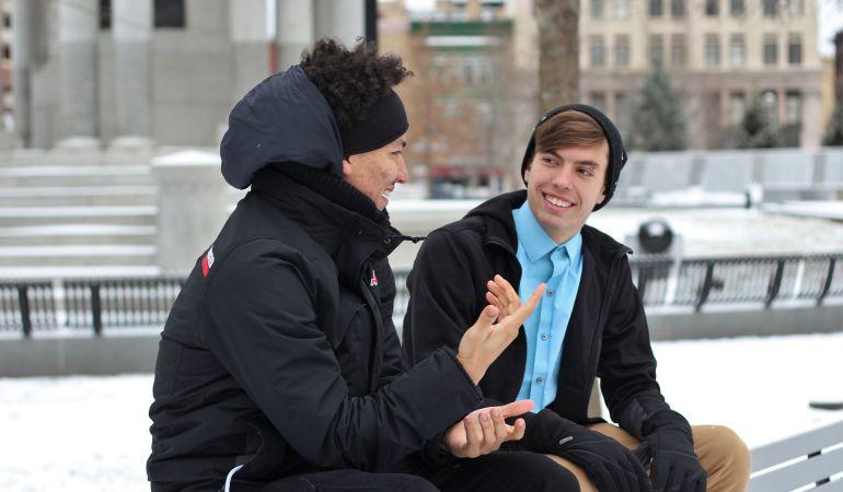 El asentimiento, el contacto visual o la sonrisa son herramientas que mejoran la comunicación personal