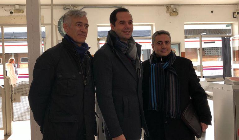 El portavoz de Ciudadanos en la Comunidad de Madrid, Ignacio Aguado (centro) y el Coordinador de Cs en Móstoles, José Antonio Luelmo (dcha)