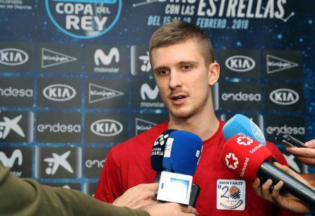 El base esloveno del Montakit Fuenlabrada, Luka Rupnik, atiende a los medios de comunicación