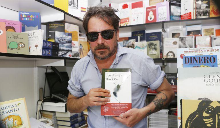 Ray Loriga charla con sus lectores en el café literario de Fuenlabrada