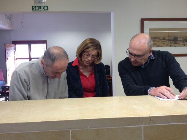 Ana Verdú y Rafael Morales consultan el registro en el Archivo Municipal.