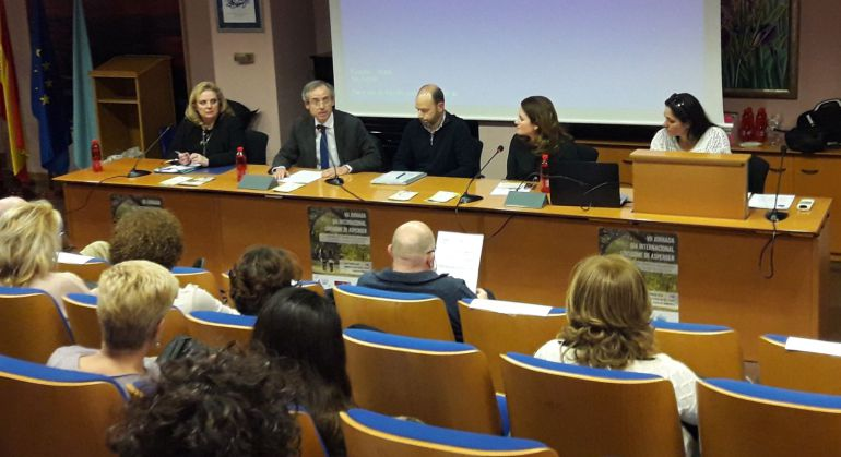 Imagen de la VII Jornada del Día Internacional del Asperger celebrada en la UMU. A la derecha, Sacha Sánchez Pardiñez, diagnosticada de asperger y madre de un niño y una niña que también sufren el trastorno