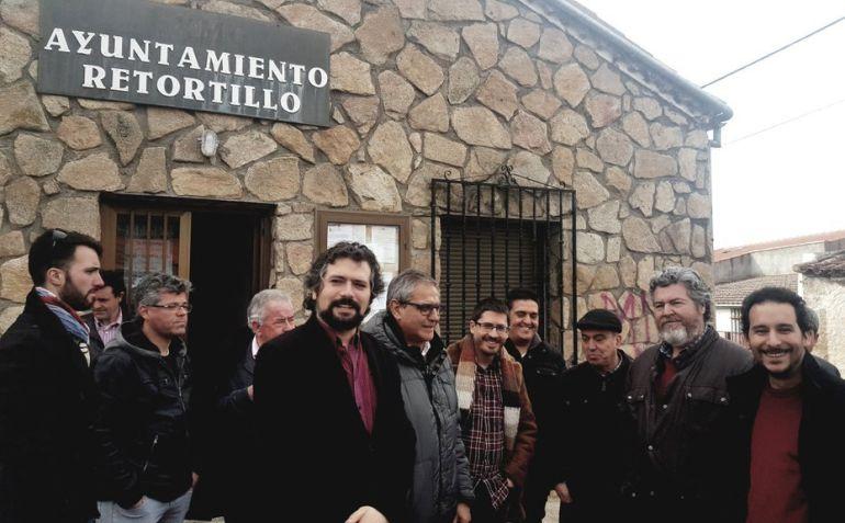 Parlamentarios en Retortillo, en una imagen del twitter de Ganemos Salamanca.