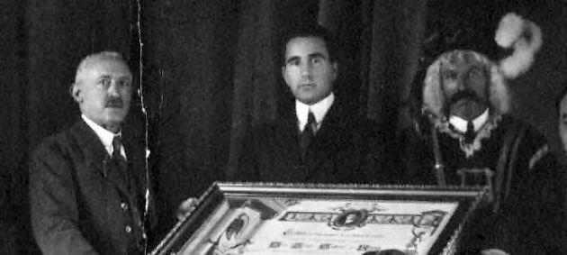 El doctor Galíndez, en el centro, en el acto que fue nombrado Hijo Adoptivo de Cuenca en 1921.
