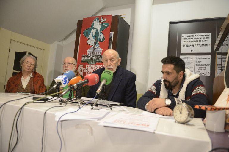 Pedro María Manzanares Cortes acompañados de representantes de SOS Racismo y el colectivo Presencia Gitana