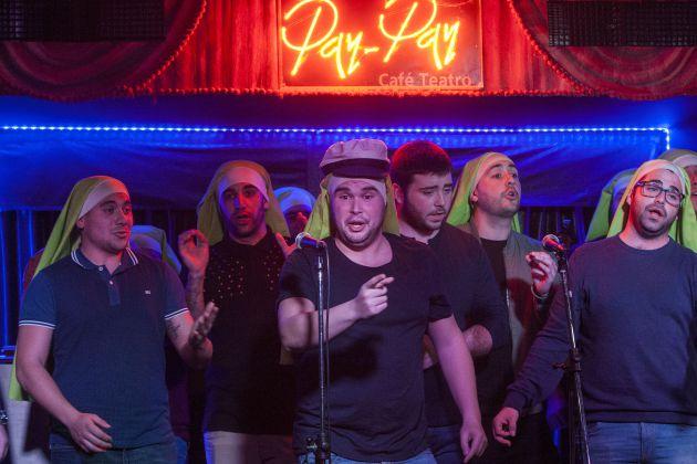 La chirigota Las de Convento de Santa María homenajean a Paco Alba en el Pay Pay cantando el pasodoble de El Vaporcito