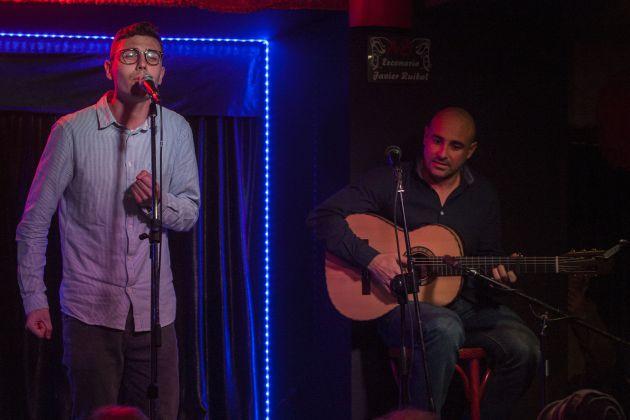 Pablo Moreno Brihuega canta, junto a Sergio Carrillo, en el homenaje a Paco Alba