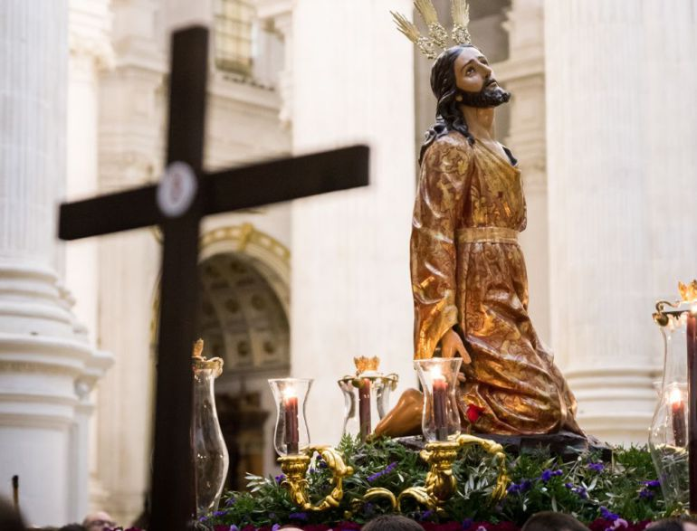 El Señor de la Oración en el Huerto de los Olivos presidiendo el vía crucis de la Federación en el interior de la Catedral de Granada