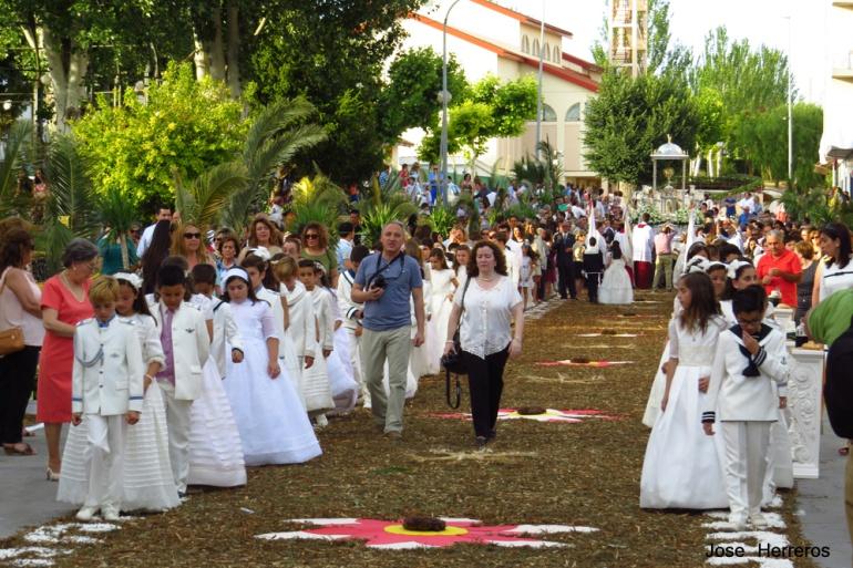 La celebración del Corpus implica a los vecinos de las calles por las que pasa la procesión, con el engalanamiento de las mismas