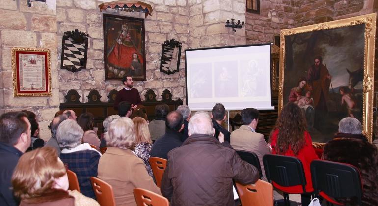 Antonio Custodio explica a los asistentes a la presentación, el proceso seguido para recuperar el cuadro restaurado de la iglesia de la Asunción de Villacarrillo, en colaboración con la Fundación Caja Rural de Jaén