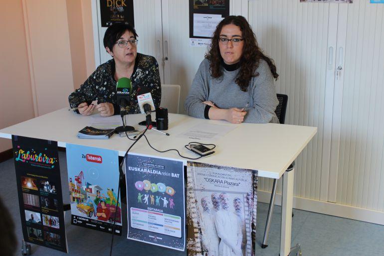 La delegada de Euskera Mónica Martínez y la técnico del área Arantza Zulet,   han dado a conocer las actividades del mes del euskera de Irun.