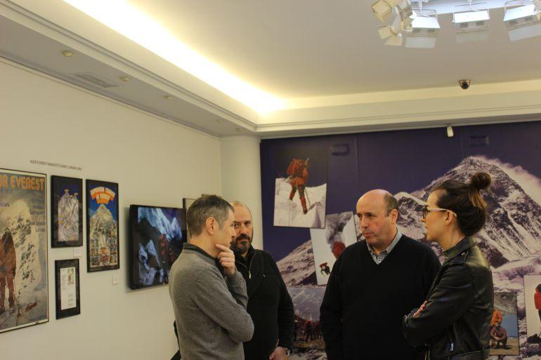 Los hijos de Fernando Larruquert, junto a la delegada de Cultura, Juncal Eizaguirre y el Comisario de la exposición, Gurutz Albisu.