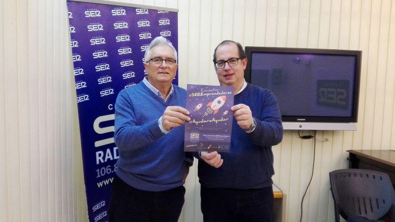 El bodeguero Luis Pérez y Eugenio Camacho, director de Hoy por Hoy Jerez, con el cartel anunciador del tercer aniversario de Ser Emprendedores