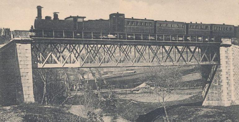 Tren en 1910 a su paso por el puente de hierro sobre el río Júcar a su llegada a la ciudad de Cuenca, aún en uso.
