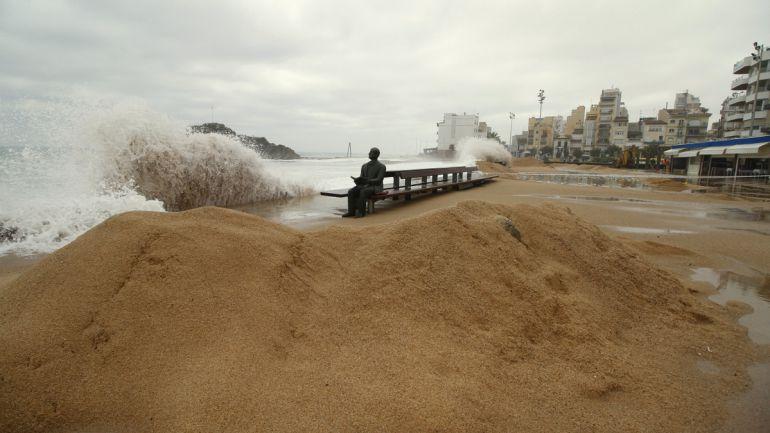 Barreres de sorra per contenir les onades a Blanes
