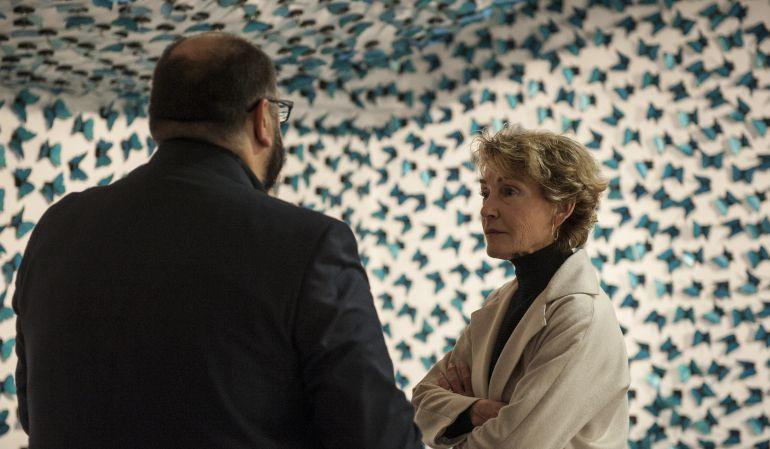 Soledad Sevilla delante de su instalación 'El tiempo vuela'.