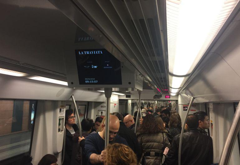 L'interior d'un vagó de la línia 2 del metro de Barcelona