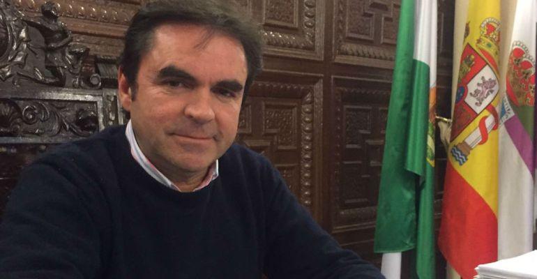 Miguel Moreno en su despacho del Ayuntamiento de Porcuna.