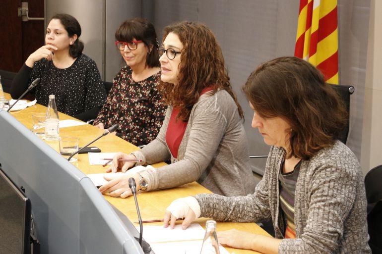 Dues de les cuidadores acompanyades per la regidora de Feminisme, Laura Pérez, i la comissionada de Salut, Gemma Tarafa, en la presentació del nou centre per a la cura de les persones el 5 de març de 2018 (Horitzontal)