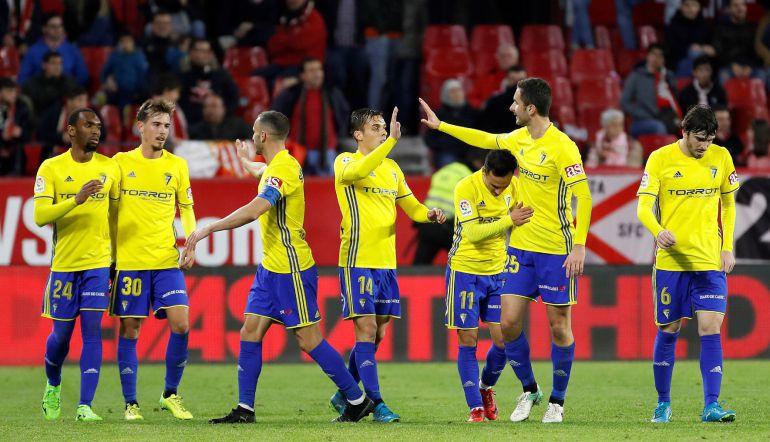 Los jugadores del Cádiz celebran el gol de Álvaro García