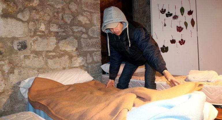 Un home fa el llit a les Sarraïnes.