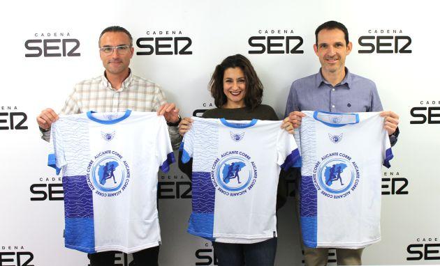 José Miguel Pérez, Esther Berengüí y Elías Manchón con la camiseta de Alicante Corre